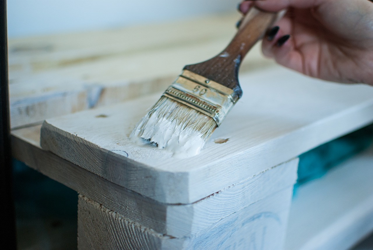 chalk paint applying on wood